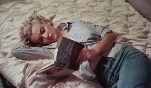 Marilyn Monroe Reads